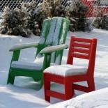 Meble ogrodowe SLo przysypane zima śniegiem
